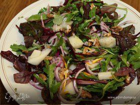 Салат с дыней, красным луком и грецкими орехами
