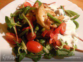 Теплый овощной салат с куриным филе и пикантными колбасками