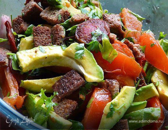Салат с авокадо и колбаской
