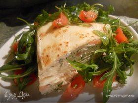 Блинный пирог со сливочным сыром, форелью и салатом из руколы