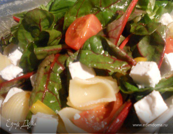 Овощной салат с пастой, фетой и базиликом