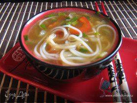 Луковый суп с рисовой лапшой и соевым соусом