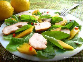 Салат с куриной грудкой, манго и руколой