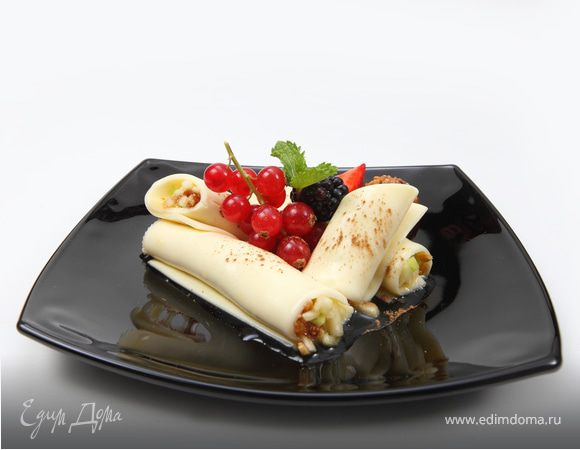Нежный сырный десерт с яблоками и инжиром, заправленными медово-ореховой пастой