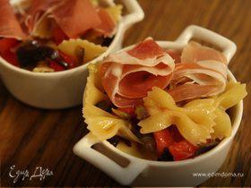 Салат из бантиков с баклажанами, помидорами и ветчиной