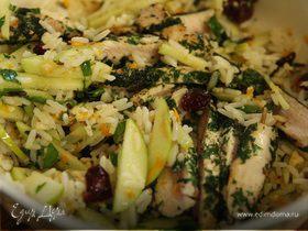 Салат из дикого риса и индейки с фундуком и сушеной клюквой