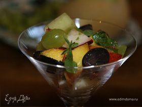 Летний салат из винограда с персиком и дыней