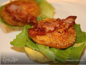 Сэндвич с жареными помидорами, беконом и горчичным соусом