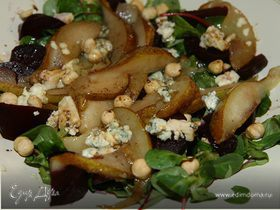 Салат из запеченной свеклы, груши, сыра и орехов