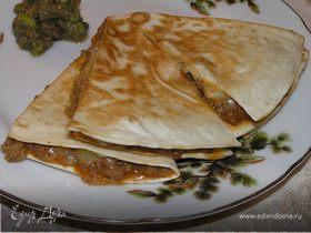 Кесадилья с мясом и соусом гуакамоле