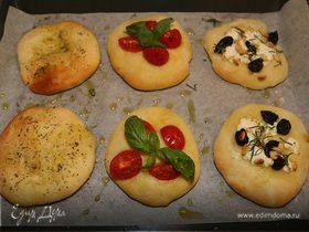 Пиццеты с козьим сыром, орешками и помидорами
