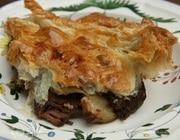 Мясной пирог с грибами под слоеным тестом
