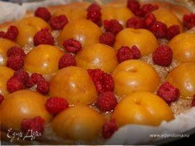 Пирог с марципаном, сливами и малиной