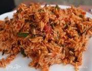 Салат из риса с жареным луком и помидорами