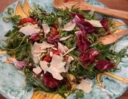 Салат с авокадо, вялеными помидорами и кедровыми орешками