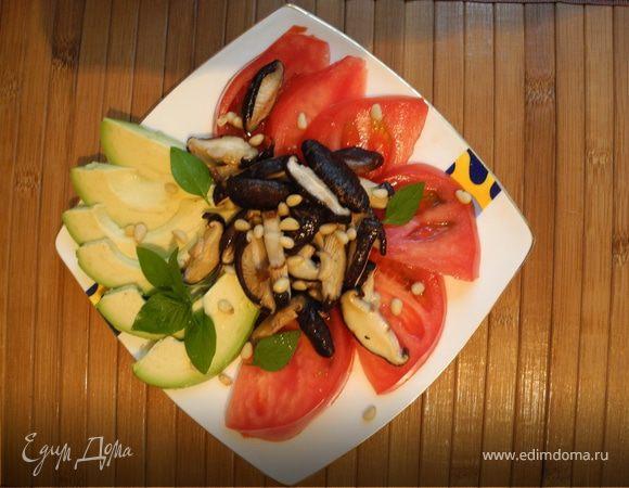 Теплый салат с шиитаке и авокадо