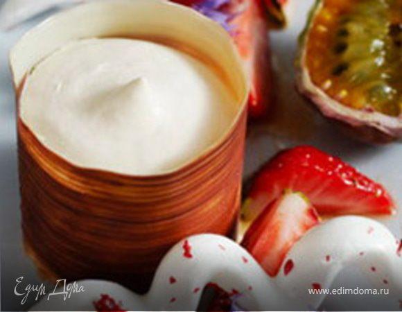 Парфе из белого шоколада и маракуйи с клубничным салатом