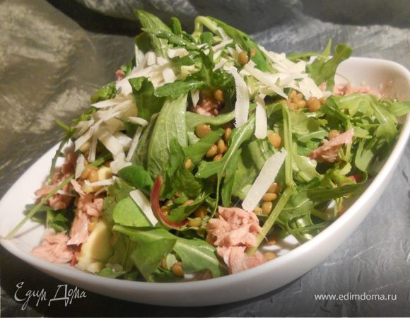 Салат с чечевицей, авокадо и тунцом
