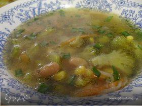 Суп с брокколи, фасолью и кукурузой.