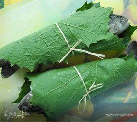 Радужная форель с солеными лимонами, запеченная в виноградных листьях