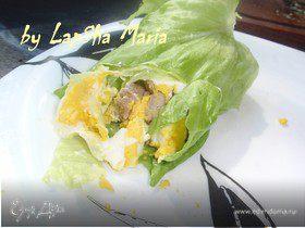 Рулетик с мясом и яйцом в листовом салате на ланч