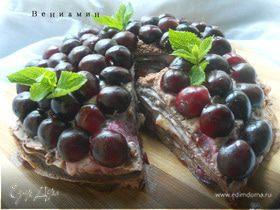 Шоколадный блинный пирог с маскарпоне и черешней