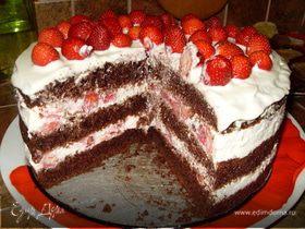 Шоколадный торт с клубникой.