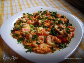 Сырная яичница с креветками и помидорками