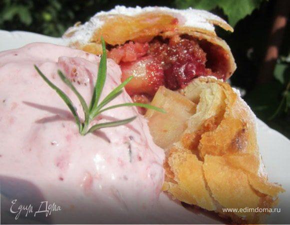 Штрудель с розовой начинкой (яблоками и вишней).