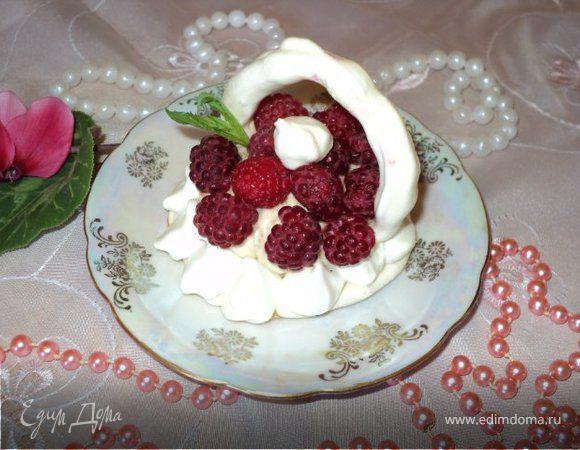 Меренги с фруктами и ягодами.