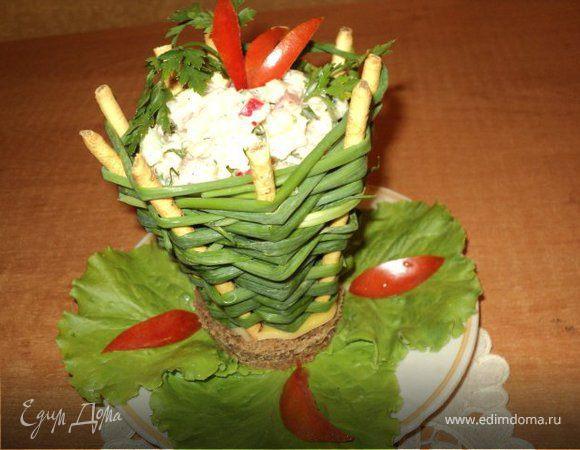 Корзинка с салатом.