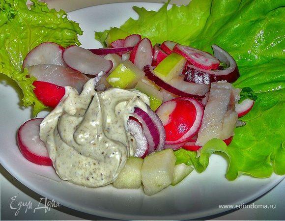 Салат с сельдью, редисом и яблоком