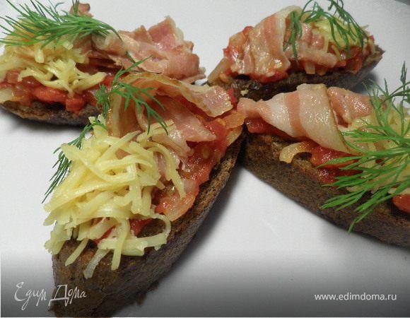 Помидоры с беконом на чесночном хлебе