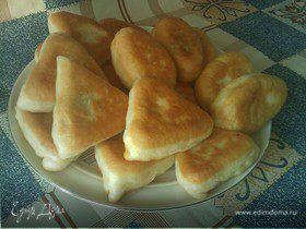 Жареные пирожки с начинкой из соленых огурцов.