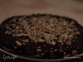 Шоколадно ореховый торт с вишней