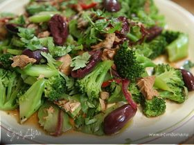 Пикантный теплый салат с брокколи и индейкой
