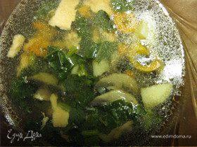 Суп из стейков лосося с шампиньонами и шпинатом