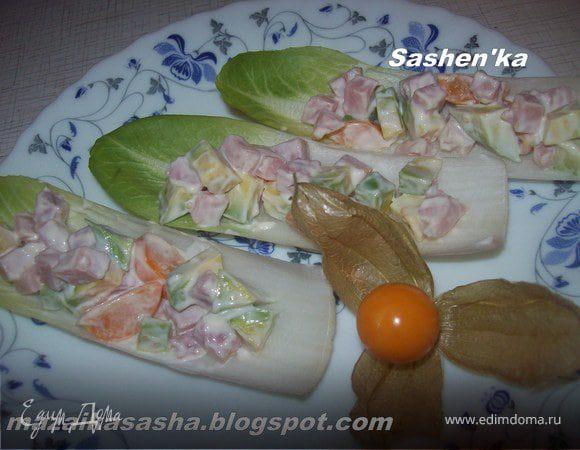 Салат с физалисом, авокадо и ветчиной в лодочках из цикория