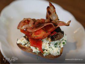 Тосты на завтрак с творогом, помидорами и грибами