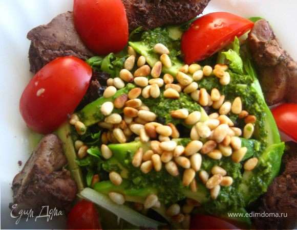 Теплый салат с печенью, авокадо и черносливом