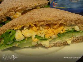 Английский сэндвич с яйцом, огурцом и руколой