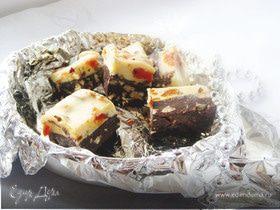Конфеты с двумя видами шоколада, с орехами и сухофруктами.