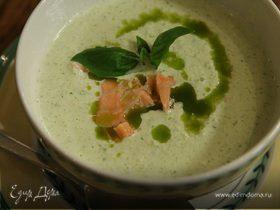 Холодный суп из огурцов с семгой и базиликом