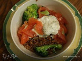 Салат из гречки с брокколи и семгой