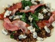 Салат из чечевицы со шпинатом и горгонзолой