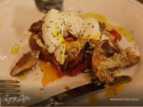 Бутерброд с грибами, помидором и яйцом пашот