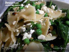 Теплый салат с пастой, горошком и творожным сыром