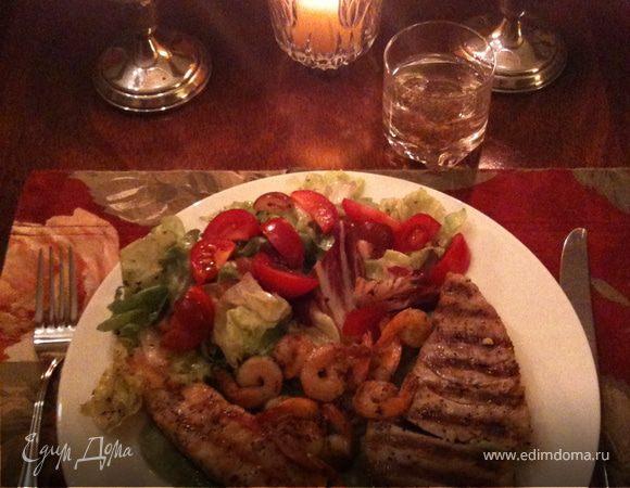 Рыба и креветки гриль на подушке из пюре из авокадо с салатом