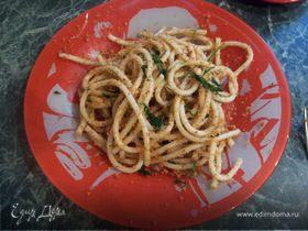 Спагетти с вялеными помидорами, чесноком и сухарной крошкой