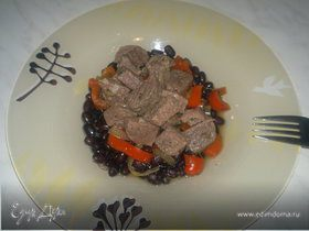 Черная фасоль и чатни из сладкого перца и шалота + тушеная говядина с чесноком и имбирем.